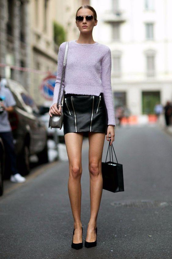 Esta prenda puede tener distintas formas y muy diversos estilos para darle ese toque femenino a tu look, pero debes saber que cada falda luce diferente según el cuerpo que la use y si no sabes exactamente cuál es el tipo específico que mejor funciona en ti, ¿por qué no consideras lo siguiente y después haces lo que te plazca con ello? Recuerda que hay normas básicas, pero al final eres tú quien lo transforma todo. #PinCCModa #Fashion #Skirts #Midi #Mini #Larga #Moda #Inspiración #Outfits