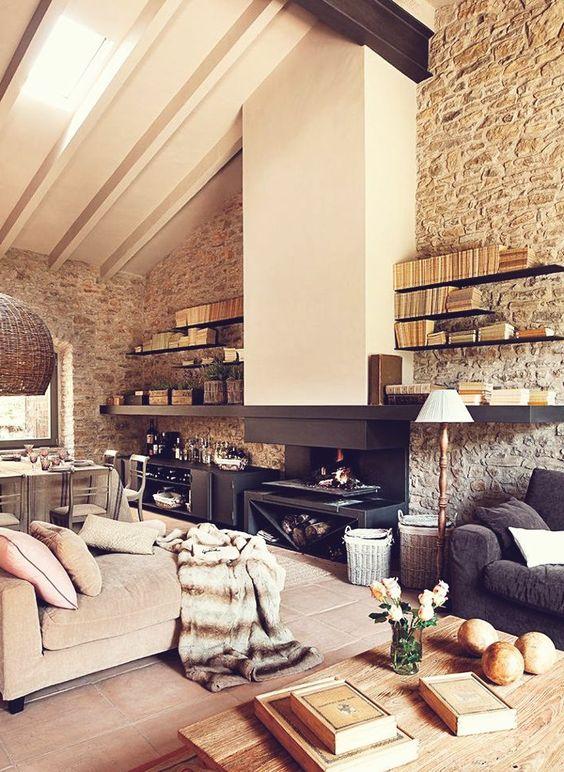 joli salon sous pente et mur en fausse pierre pour le salon d'esprit loft