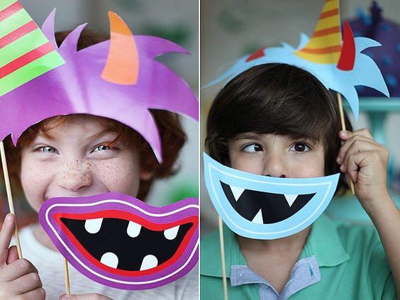 Outra sugestão é providenciar máscaras de papel com formatos de bocas e cabelos. Pode ter certeza que a criançada vai amar e os adultos mais ainda. Divirtam-se! (Foto: Rogério Voltan/Casa e Comida)