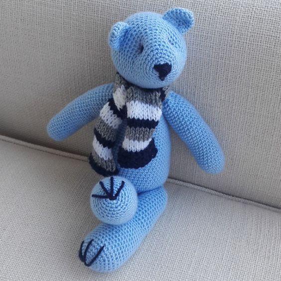 Urso em crochê feito a mão com cachecol em trico listrado. Mede 38 cm