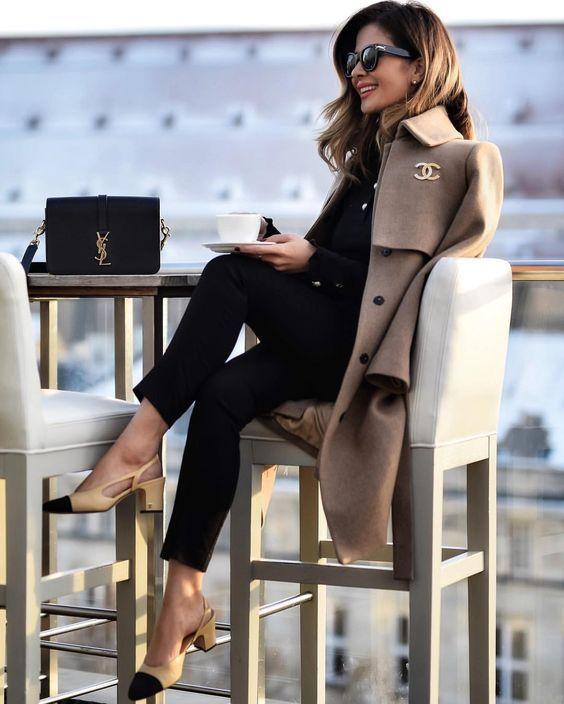 Negro y gabardina en color neutro.  Los colores neutros agregan más formalidad a tu look. Te recomiendo llevar look completamente negro y darle un toque moderno con un abrigo en color beige. Un look sumamente elegante que te hará resaltar.