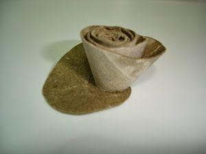 Hoy vengo con un reciclaje muy sencillo que se puede utilizar en muchas manualidades: unas rosas hechas con tubos de papel higiénico. Cortamos el rollo de cartón y dibujamos un círculo. Recortamos y luego seguimos hacia el centro en forma de espiral . Humedecemos el cartón para que sea má ...