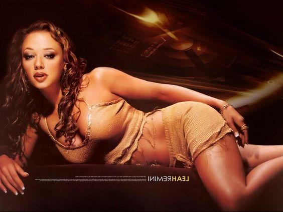 Vanessa hutchens poses nude