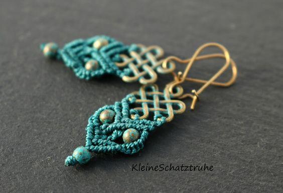 Schöne handgeknüpfte **Micro-Makramee-Ohrhänger** im Vintage-Look! Ein echter Blickfang am Ohr!  Das Herzstück bildet ein bronzefarbener, patinierter Keltischer Knoten, an dem wir in...