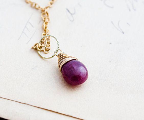 Collana di rubini, rubino ciondolo, luglio Birthstone, rosso rubino, filo avvolto, oro collana, gioielli d