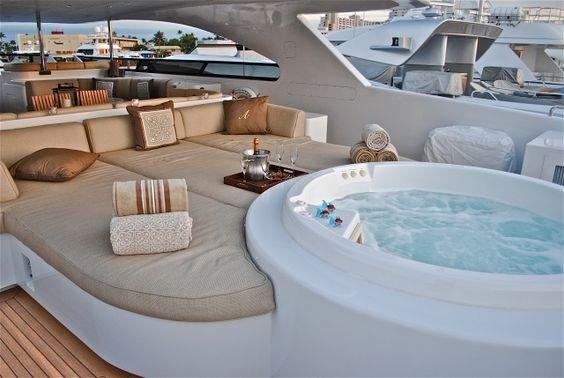 Wohnzimmer Am Bord Mit Rundem Jaccuzi Yacht Pinterest - Whirlpool im wohnzimmer