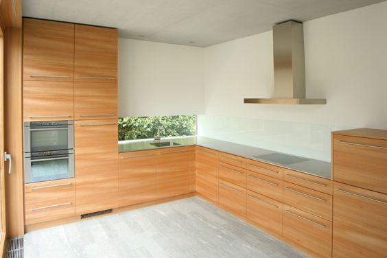 Küche mit Edelstahlabdeckung, Fronten mit horizontal durchgehendem Furnierbild.