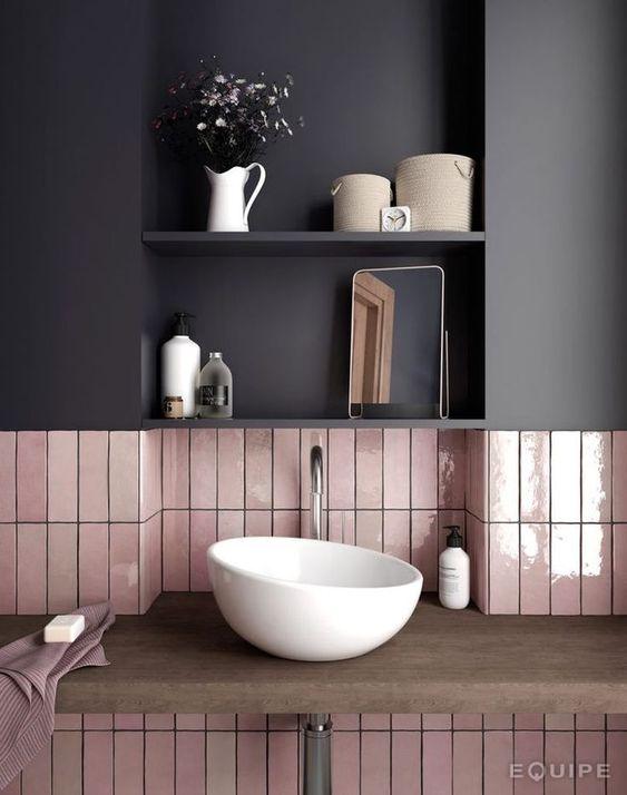 Une jolie vasque asymétrique dans sa salle de bain, on adore ! Faience de couleur en guise de crédence pour apporter du peps à la pièce