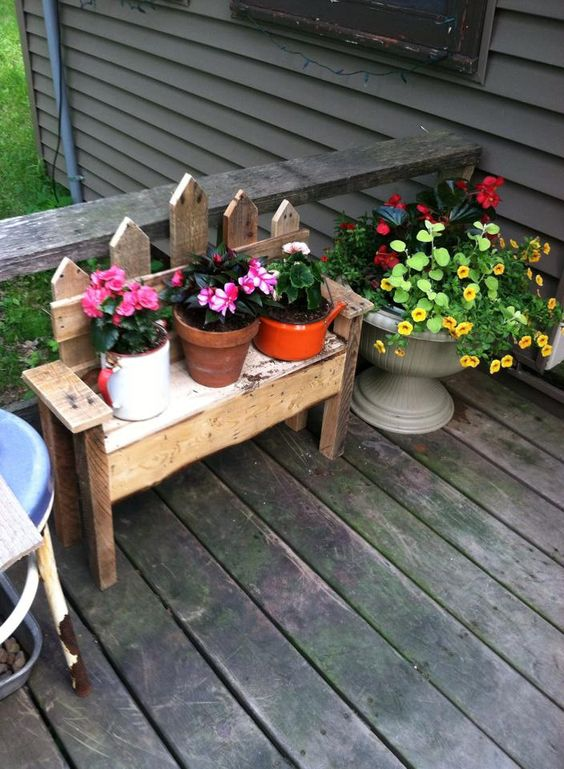Picket fence flower bench picket fences flower and pictures for Flower bench ideas