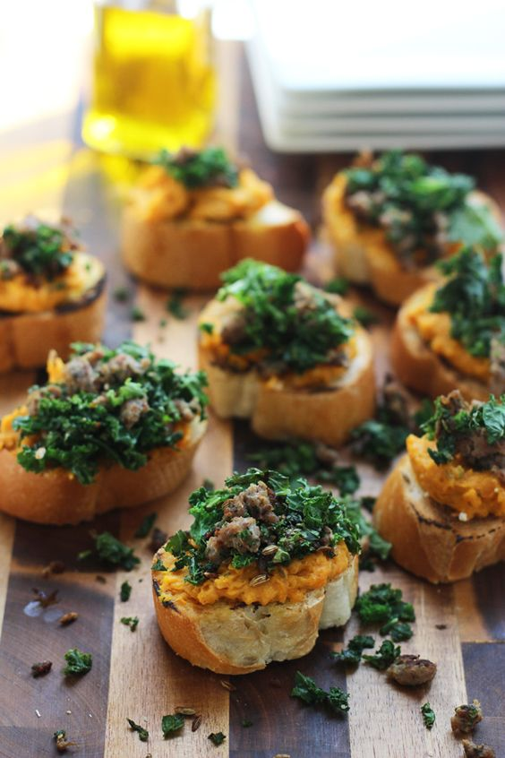 Schlag Ricotta und Butternut Squash Crostini mit sautierten Kale und ...