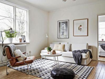 D co salon moderne design scandinave deco scandinave noir for Deco sejour tapis