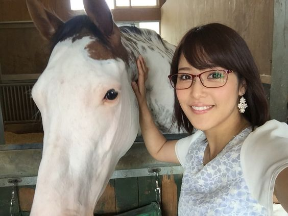 メガネ姿の鷲見玲奈と馬なでる画像