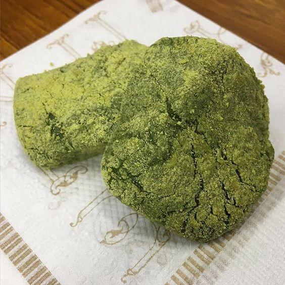 この季節のお餅はやはり草餅ですよね♫ 天ぷら粉を溶いて少し入れると柔らかなお餅になるらしいです! 教室のみんなでお昼に食べました(*^^*) #草餅#よもぎ餅#旬#東亜和裁#和裁