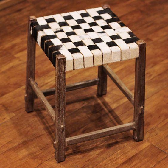 O banquinho com xadrez feito em tiras de couro é o presente perfeito para os papais apaixonados por decoração!  Veja onde adquirir nossas peças em http://www.fuchic.com.br/#!enderecosfuchic/cq3z  //   The stool with chess done in leather straps is the perfect gift for daddies that love decoration!  See where to get our products: http://www.fuchic.com.br/#!enderecosfuchic/cq3z