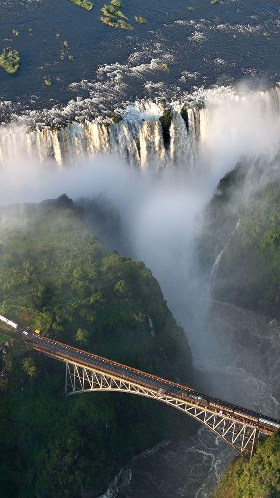 Destijds geen bungeejump gedaan maar staat nog wel op bucketlist: Victoria Falls, Zambezi River, Zambia and Zimbabwe! I book travel! Land or Sea! http://www.getawaycruiseplanner.com