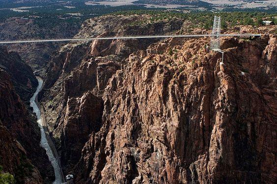 Tief im Landesinneren der USA findet sich ein weiteres Highlight des amerikanischen Brückenbaus. In 291 Metern Höhe überspannt die Royal Gorge Bridge im US-Bundesstaat Colorado den Arkansas River. Für den Verkehr hat die Brücke keine Bedeutung, dafür aber umso mehr für die Touristen, die den Blick in die darunter liegende Schlucht genießen können. Brücke über einer sehr tiefen Schlucht; Rechte: Mauritius