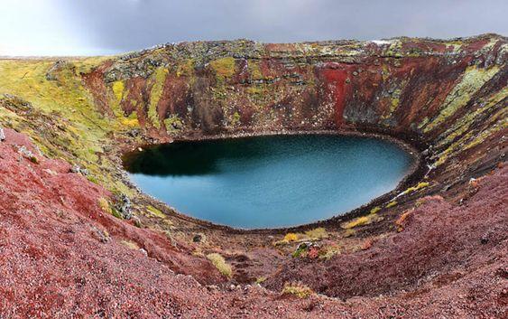 Lac de cratère Kerid (Islande) Avec l'une des seules caldeiras intactes reconnaissables, le lac de cratère Kerid est situé sur une route touristique populaire qui s'appelle le cercle d'or. Il a été formé quand la terre s'est déplacée sur des points chauds localisés. La raison pour laquelle la caldeira reste toujours aussi visible est due au fait que ce lac de cratère a environ la moitié de l'âge de la plupart des autres, environ 3 000 ans.