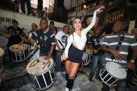 Sabrina Sato mostrou seu samba no pé na noite dessa sexta-feira, dia 1º, durante o primeiro ensaio da Gaviões da Fiel, escola da qual é rainha de bateria, para o Carnaval 201...: