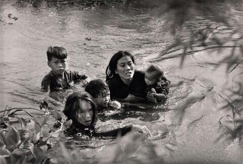 Madre escapa con sus hijos, Vietnam del Sur