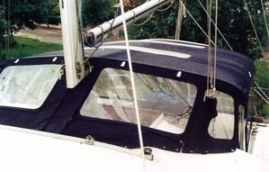 . Trés grand taud de camping monté sur un quadruple arceau sur mesure pour ce Sun Odyssey 43 visible à Royan (ponton F). Tous les panneaux sont entièrement démontables et indépendants les uns des autres. La capote est une capote NVequipment déjà installée...