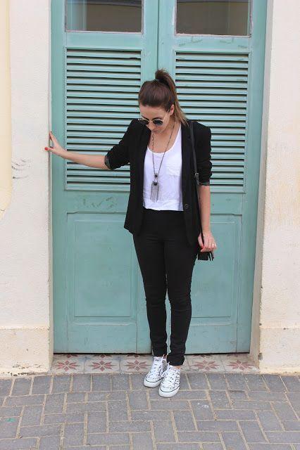 Look com blazer - camiseta branca, calça preta, blazer preto e tênis.