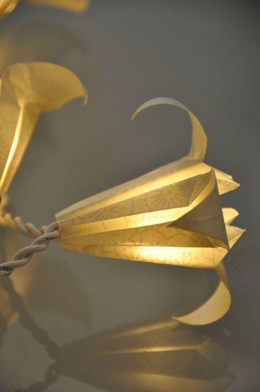 Guirlande fleurs de lys en papier japonais guirlandes origami http guirlandeorigami - Origami fleur de lys ...