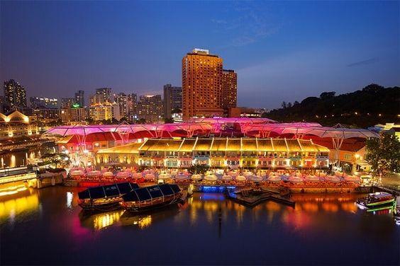 Dọc bờ sông nơi đây có rất nhiều quán ăn với các món ăn địa phương
