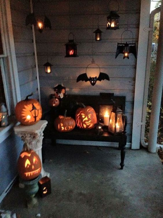 Fabulous Halloween lighting decor for your entry, such as amazing jack O' lanterns, hanging bat lanterns, etc