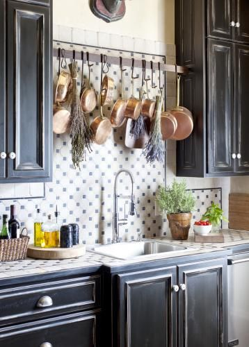 A place for pots and pans above the stove
