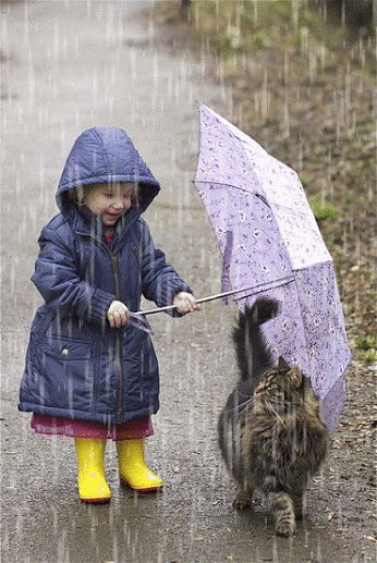 Petite fille qui protège son chat de la pluie / A little girl protecting her cat from the rain: