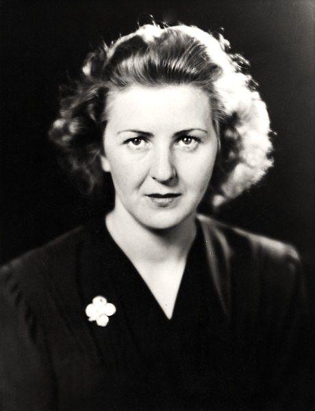Eva Braum, fue amante de Hitler durante 14 años. Durante esta espoca, tuvo dos intentos de suicidio, sufría depresiones y se sentía sola. Se casó con Hitler en su bunker y 24 horas despues de la boda, optaron por el suicidio.: