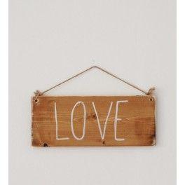 """Señal LOVE. Precioso elemento decorativo en fotos.Las letras """"LOVE"""" están pintadas a mano con pintura duradera. Barniz ecológico. Cuerda en arpillera que puede desatarse si no se necesita. Dimensiones:  - Longitud: 35cm  - Ancho: 14cm"""