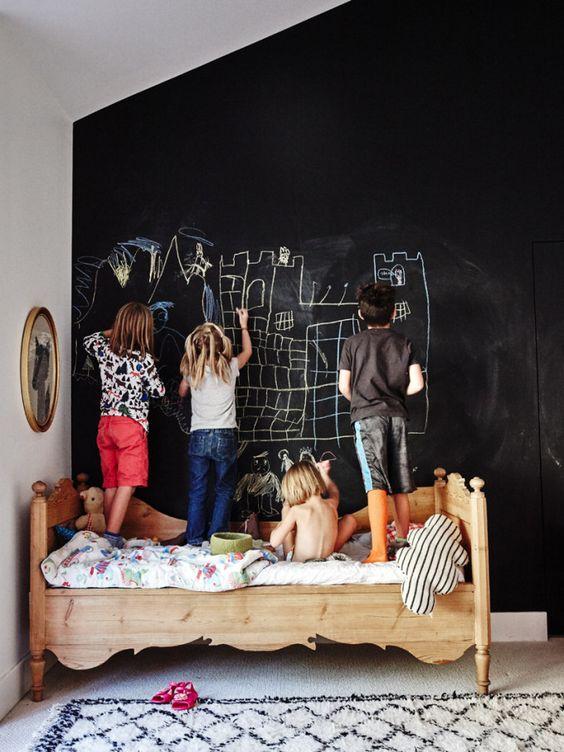 Pizarras grandes para los más pequeños. Usar una de las paredes de la habitación para revestirla en pizarra es un fantástica idea.: