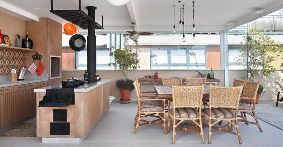 """Na área de lazer de uma cobertura dúplex na Vila Madalena, em São Paulo, o elemento central da cozinha gourmet é o fogão a lenha feito com cimento e ferro fundido. O apartamento foi projetado pela decoradora Solange Medina, para um casal de meia-idade, que tem a culinária como """"hobby"""""""