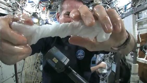 在太空中將溼毛巾擰乾會是怎樣的情形 | 癮科技