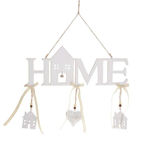 Zawieszka drewniana HOME z literami w kolorze białym lekko przecieranym z ozdobnymi domkami i ażurowym serduszkiem. Wyjątkowa i piękna dekoracja do powieszenia. Zawieszka drewniana HOME na szarym sznurku. Stylowy dodatek dekoracyjny do wystroju wnętrza domu.