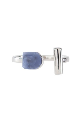This minimal metallic ring looks oh-so-chic worn with deep indigo denim thanks to its modern monarch blue gemstone. A vertical metallic bar adds a contemporary touch that will offset your fave outfit to a tee.