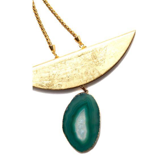 Colar de corrente dourada com pingente de pedra ágata verde e placa folheada a ouro 18k