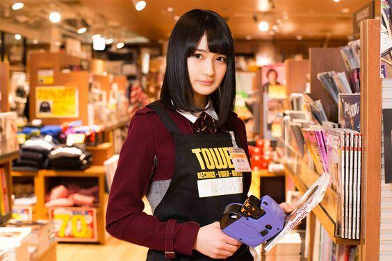 書店で働く織田奈那