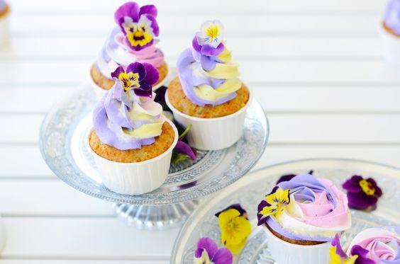 Hola!      Hace tiempo publiqué en face unas fotos de las cupcakes veganas, y me pedisteis la receta, y como lo prometido es deuda,...Cupcakes de pera veganos