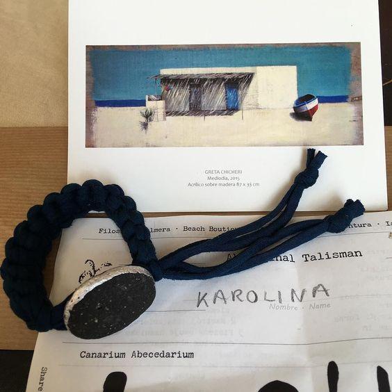 Karolina ha elegido una piedra #lava de la playas volcánicas de #Fuerteventura para su #palmita azul con una postal reproducción de la obra original Mediodía. Acrílico sobre madera 87x33 cm de la artista afincada en la Isla  #GretaChicheri. #lajares #artistsfuerteventura #beachtreasures #beachstones #seajewelry #oceanjewelry #beachboutique #inimitable #slowlive #filosofiapalmera
