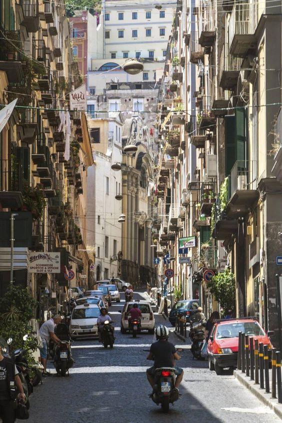 Kvartertjek: Bag de fine kvarterer ligger det farverige gamle Napoli - Turen går til