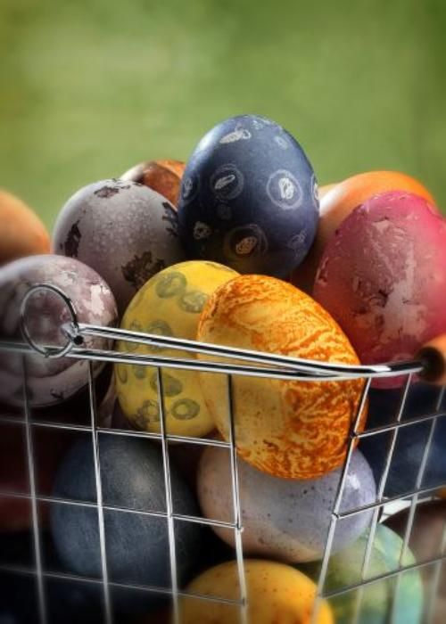 Love the surprise in dyeing eggs with spices, tea, produce and more. #stribtaste #holiday #Easter
