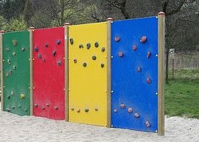 Spielplatzgestaltung In Kita Wohngebiet Und Hausgarten Ideen Kletterwand Spielplatz Garten