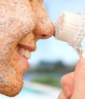 Si quieres tener una piel limpia y radiante lo más importante es exfoliar la piel; para esto, mezcla café instantáneo con azúcar y unas gotas de aceite de almendras, de oliva o de bebé, ya que estén mezclados los ingredientes, hay que pasarlos frotando la cara suavemente durante tres o cinco minutos, también se puede poner miel de abeja y sirve en más cantidad para el cuerpo. La recomendación es aplicarla una o dos veces por semana.