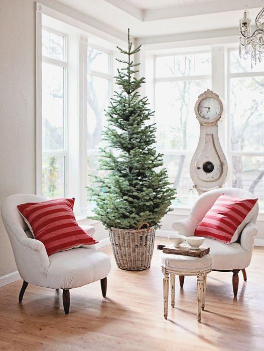 Simple Christmas Decor {via dreamywhitesonline.com} LOVE LOVE LOVE the tree in the basket!