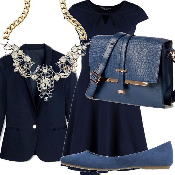Abbiniamo l'abitino blu svasato con la giacca a un bottone, blu, le ballerine blu pavone, la borsa a tracolla blu pavone con finiture in oro e la collana dorata con fiori bianchi.