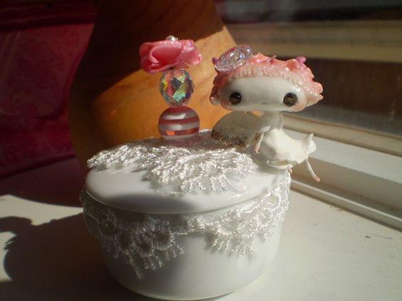 ピンクの天使さんがちょこんと腰掛けた小物入れです。小物入れの直径は約5.5センチ。深さが約3センチです。陶器製のものにレースをあしらっています。天使さんは軽量...|ハンドメイド、手作り、手仕事品の通販・販売・購入ならCreema。