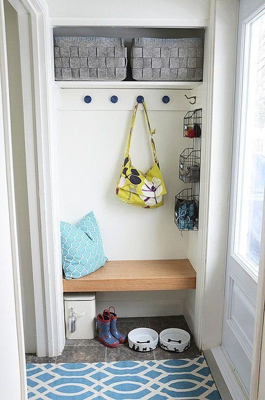 Mudroom organization ideas for small entryways space for Foyer seating area ideas