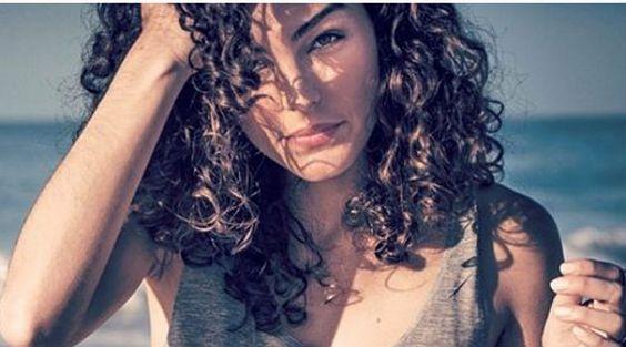 Conheça o truque da camiseta que dá cachos perfeitos a atriz global: é fácil copiar - Bolsa de Mulher